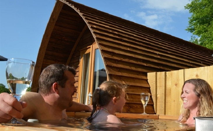 Brampton Wigwams - Super Deluxe Running Water Hot Tub Wigwam® Cabin